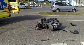 В Калуге на улице поставили разбитые машины и скутер